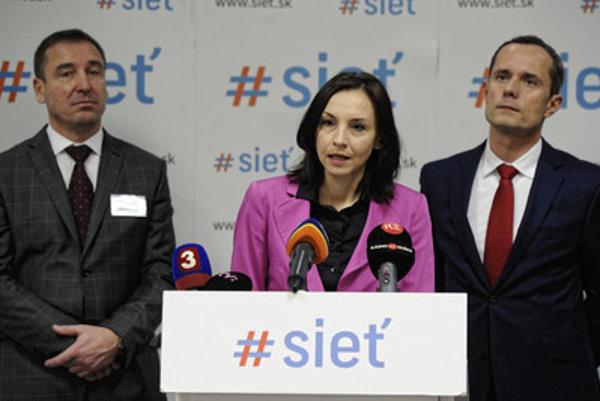 L-R: Sieť's Transport Minister Roman Brecely, expert Alena Bašistová a chairman Radoslav Procházka at a briefing.
