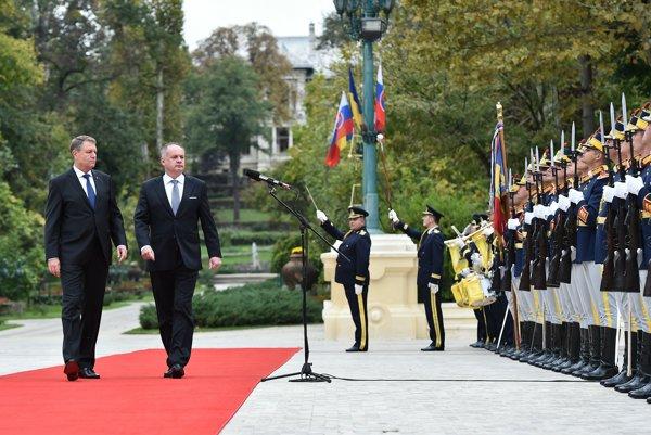 Slovak President Andrej Kiska (r) and his Romanian counterpart Klaus Iohannis (l)