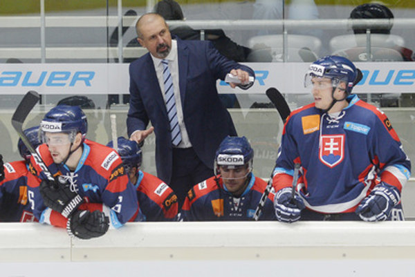 Slovak coach Zdneo Cíger (C) during the Slovakia-Germany game at Deutschland Cup, November 4.