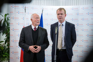 L-R MPs František Šebej and Miroslav Beblavý inform on the inspeciton at the foreign ministry.