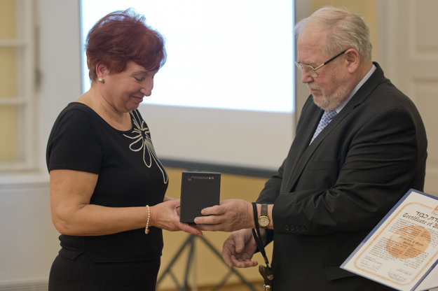 Pavol Traubner, honourary head of the Jewish Union giving award for František Svrbický and his wife Gizela to their granddaughter Vlasta Macháčková.