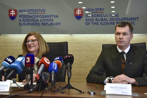 Agriculture Minister Gabriela Matečná (l) and Lesy SR head Marian Staník (r)