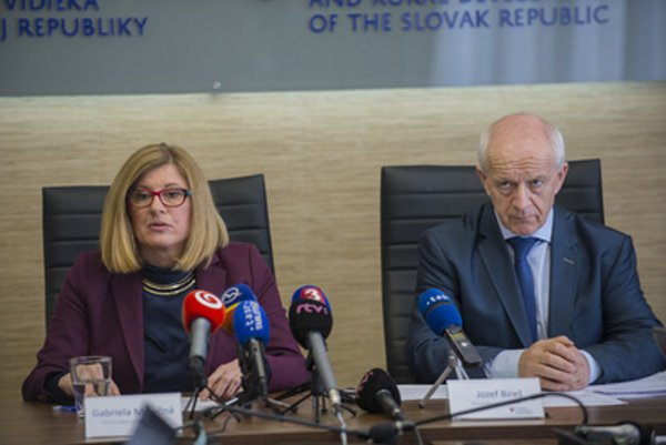L-R: Agriculture Minister Gabriela Matečná and head of Veterinary and Food Directorate Jozef Bíreš at a press conference