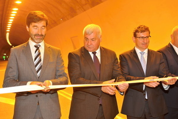 L-R: Žilina Region Governor Juraj Blanár, Transport Minister Árpád Érsek and EC representative to Slovakia, Dušan Chrenek, opening the D3 Svrčinovec-Skalité section on June 10.