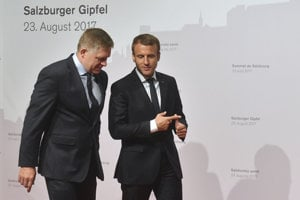 Slovak PM Robert Fico (l) and French President Emmanuel Macron (r)