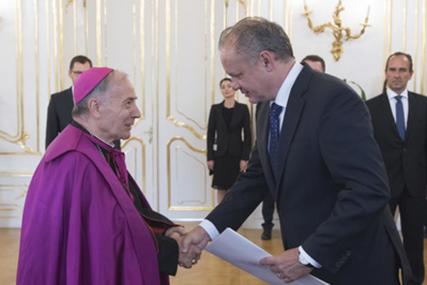 L-R: Monsignor Giacomo Guido Ottonello and Slovak President Andrej Kiska.