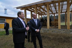President Andrej Kiska (r) and Spišský Hrhov Mayor Vladimír Ledecký during the former's visit to the village in 2015.