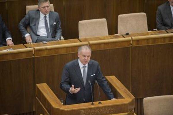 Preisdent holds a speech in parliament