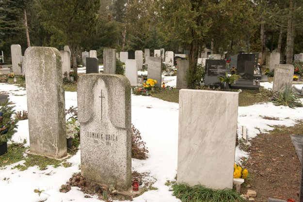 Most graves with standardised tombstones can still be seen in the Section I