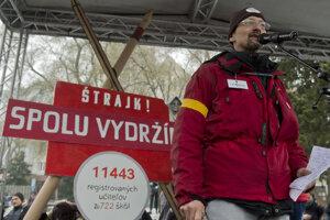 Branislav Kočan of ISU addresses protesters.