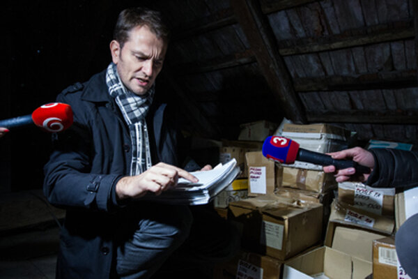 Matovič shows his accountancy documents.