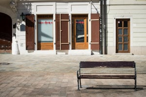 The empty bench without the Napoleonic soldier