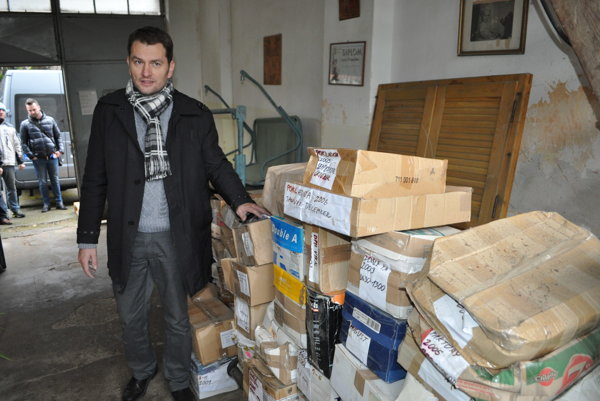 Igor Matovič with documents.