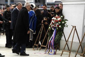 Slovak (2nd L) President Andrej Kiska and his Czech counterpart (R) lay wreaths in Martin, October 30.