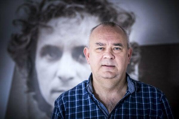 Alexej Fulmek, with the picture of Karol Jezik in the background.