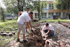 Volunteering at the elementary school at L. Novomeského Street in Trenčín.