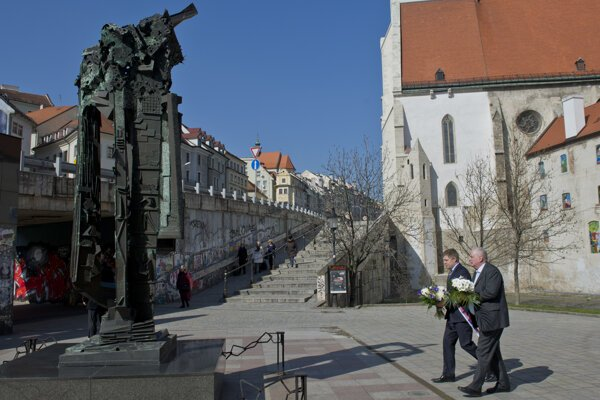 PM Robert Fico (l) accompanied by Pavol Mešťan, director of the Museum of Jewish Culture lays wreath at the Holocaust memorial.