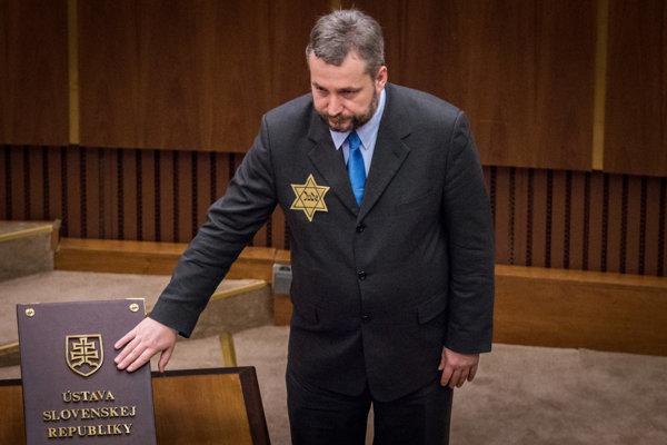 MP Ondrej Dostál swears the oath wearing the Star of David.