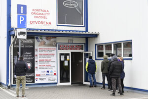 People were waiting in queues in front of the technical inspection and vehicles emission control stations. The picture was taken in Prievidza.