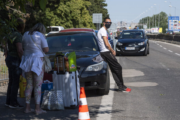 Citizens and residents who want to return to Slovakia wait at the Berg border crossing from Austria. They want to return only when the smart quarantine app is launched, to avoid being sent to state quarantine.