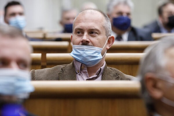 Marian Kotleba in parliament with his mask under his nose