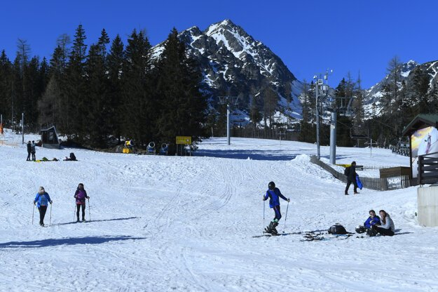 The number of people in the High Tatras was high today, although there were not as many people as last week, when eastern Slovakia had spring holidays.