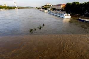 Flood wave from Germany and Austria arrived in Bratislava.