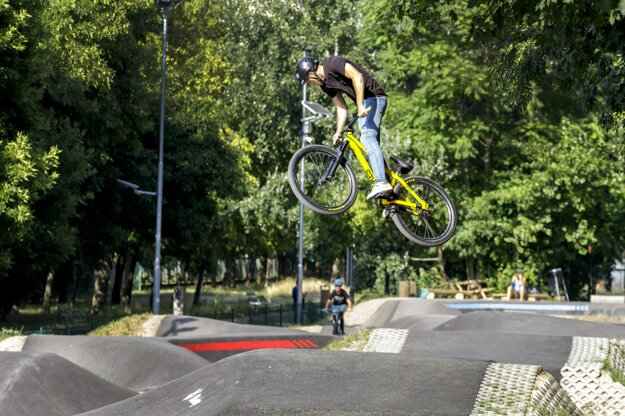 A new pump track has been opened in the Bratislava borough of Petržalka.