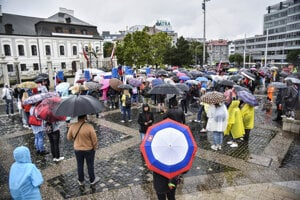 People came to protest in front of the Presidential Palace on August 5, despite bad weather.