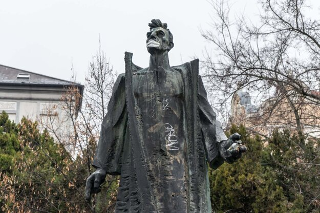 Bratislava's Old Town borough has asked city officials to remove the statue of Marek Čulen, one of the founders of the Communist movement in Slovakia, from the park by Leškova Street near the Government Office.