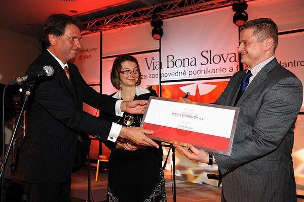 Dutch Ambassador Rob Swartbol presented an award to Peter Varmuža from Tesco Stores SR.