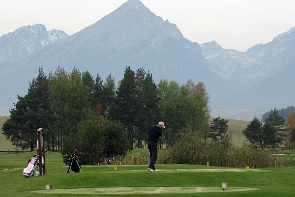 The Black Stork course offers a view of the High Tatras.