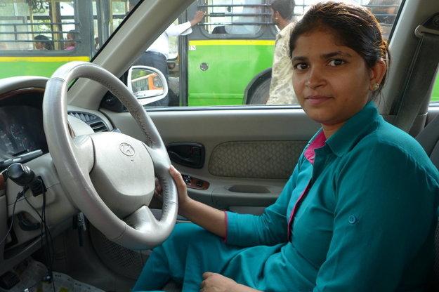 Kushi má dvadsaťtri rokov, patrí medzi najchudobnejších obyvateľov Indie, ktorí žijú v mestských slumoch. Podľa tradícii by už mala byť vydatá a žiť s manželovou rodinou. Namiesto toho však vozí v taxíku po veľkomeste Dillí iné ženy a z platu sa stará o svojich rodičov i súrodencov.