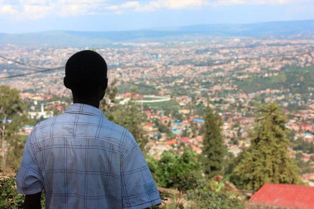 Salim, ktorý bol členom milícií a zabíjanie nevinných ľutuje, sa pozerá na Kigali. Rodinám obetí sa ospravedlnil a dnes chce byť príkladom pre spoločnosť.