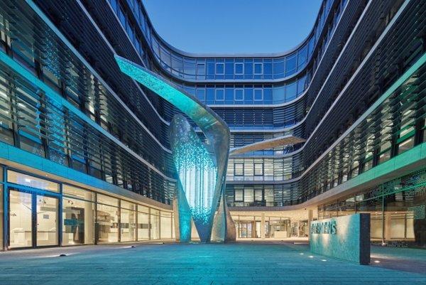 Desigo CC zbiera a analyzuje dáta z celej budovy centrály Siemens a automaticky optimalizuje systémy vykurovania, ventilácie a klimatizácie.
