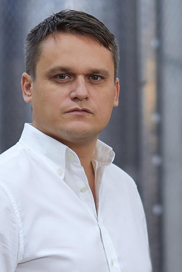 Rastislav Demeš, pracoval v rodinnej spoločnosti DELUX od roku 1996. Pod jeho vedením sa stala lídrom v distribúcii osobných ochranných pracovných prostriedkov na Slovensku a v Čechách. Zároveň došlo k jej predaju francúzskej spoločnosti Descours&Cabaud, ktorá na Slovensku funguje pod novým názvom DEXIS SLOVAKIA.