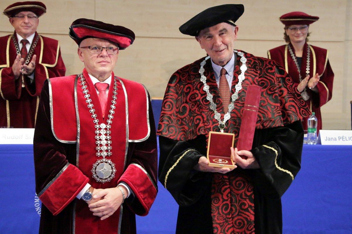 3143dd68cee3 EU v Bratislave udelila čestnú vedeckú hodnosť Andreasovi Wörgötterovi