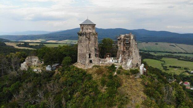 Vďaka finančnej podpore cez dotačný program KSK sa do veže Hradu Slanec vracia obrazáreň a rodové múzeum posledných majiteľov hradu – Forgáchovcov.