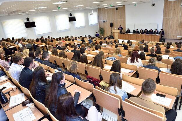 Fakulta disponuje modernými výučbovými priestormi a najväčšou aulou v rámci Prešovskej univerzity
