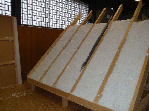 Test sadania - fúkaná minerálna izolácia drží svoju hrúbku aj na naklonenej rovine. Zdroj: Knauf Insulation