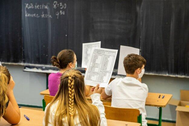Žiadny nový predmet na vyučovaní deťom nepribudne. Program FinQ je v praxi včlenený priamo do už existujúcich vyučovacích predmetov.