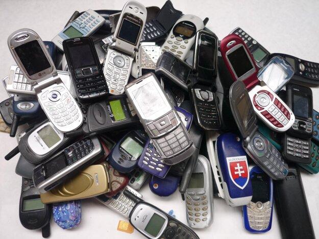 Tlačidlové mobilné telefóny sú minulosťou.URT sa sústredí na ich čo najvýhodnejšiu recykláciu.