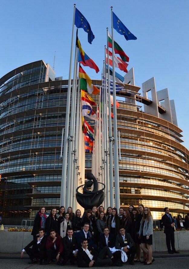 Pred Európskym parlamentom.