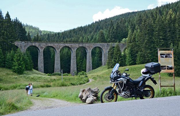 Chmarošský viadukt pri Telgárte je jedinečné dielo staviteľov, naviac zasadené v krásnej prírode. Niet divu, že sa často objavuje na fotkách nielen ako hlavný objekt, ale aj ako štýlové pozadie napríklad pri svadobných fotografiách.