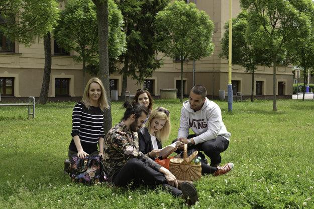 Študenti využívajú čas na štúdium v areáli Technickej univerzity v Košiciach.