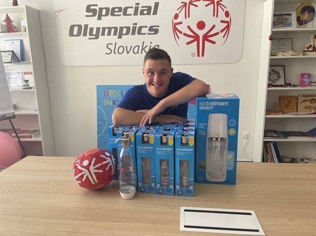 Za všetkých reprezentantov nadšene prevzal fľaše a prístroj SodaStream Andrej Petrík.