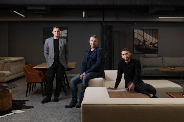 Zakladateľ a konateľ značky NESIA Miroslav Hudák st. (v strede) a synovia Miroslav Hudák ml. (vľavo) a Daniel Hudák (vpravo), ktorí sa rovnako úspešne podieľajú na rozvíjaní rodinnej firmy.