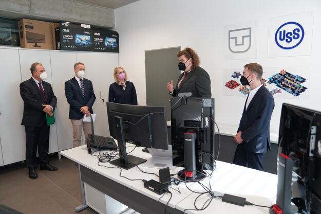 O nové laboratórium sa zaujímala aj Bridget Brink, veľvyslankyňa USA na Slovensku. Vľavo od nej Róbert Vandlik z U. S. Steel Košice a napravo študenti TUKE.