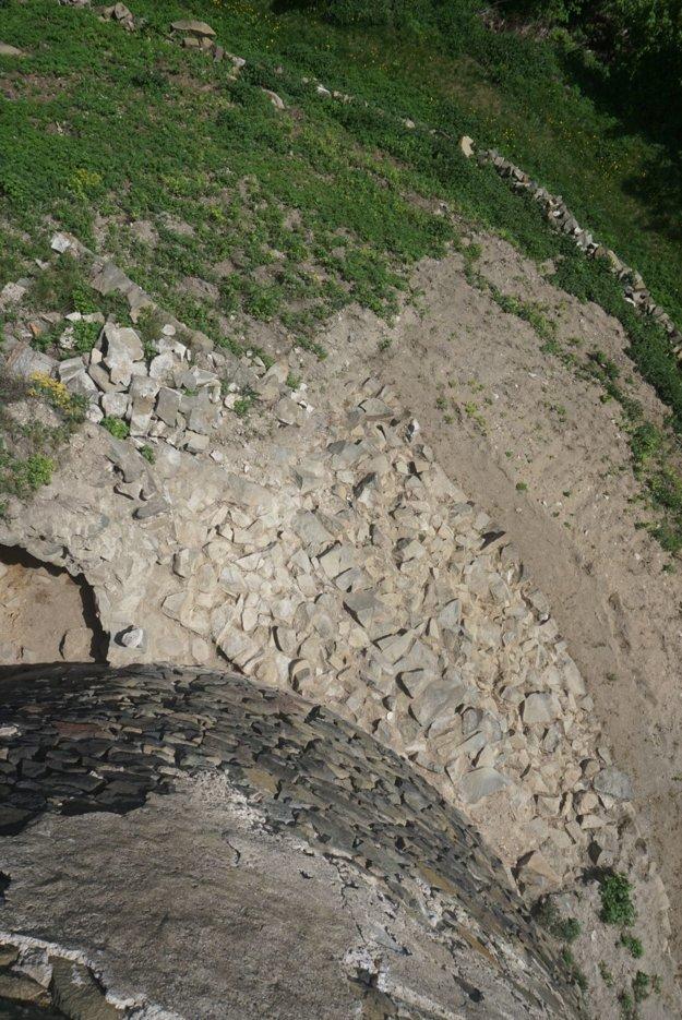 Novoobjavená zaniknutá hradba na východnej strane bašty.