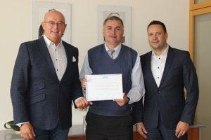 Ocenenie si z rúk predsedu komory Mariána Meška, prevzali predseda predstavenstva CJS Gabriel Csollár (vľavo) a vrchný riaditeľ obchodnej sekcie CJS Branislav Lellák (vpravo).
